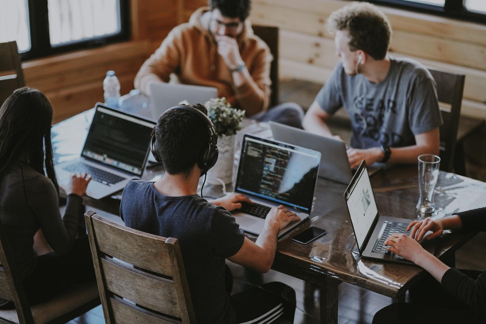 equipe pilowa devant ordinateur