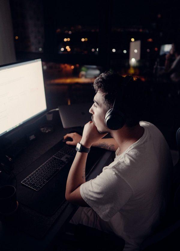 développeur devant son ordinateur
